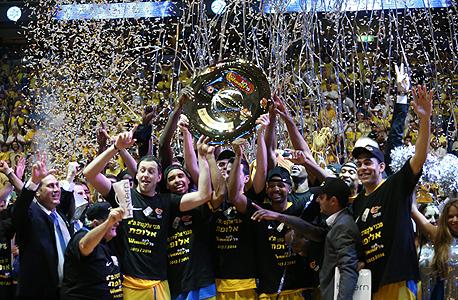 מכבי אלקטרה תל אביב חוגגת אליפות כדורסל ישראלי, צילום: אורן אהרוני