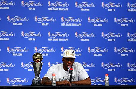 קוואי לנארד עם תואר ה-MVP של סדרת הגמר. כעת יבנו מסביבו את הספרס?, צילום: איי אף פי