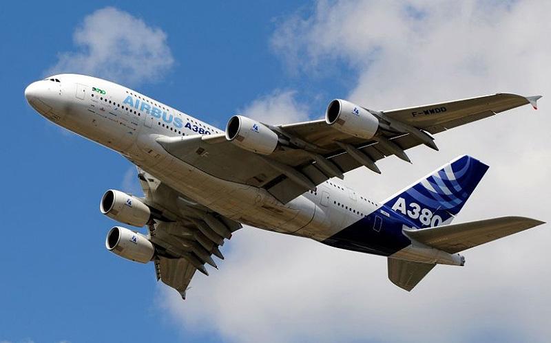 איירבוס A380 בשווי 500 מיליון דולר. מטוס זה שייך לאיש העסקים המיליארדר הסעודי, הנסיך אלוואליד בין טלאל. פנים המטוס מעוטר בזהב וברצפתו מקובע מסך המאפשר לנוסעים לראות מעל מה הם טסים