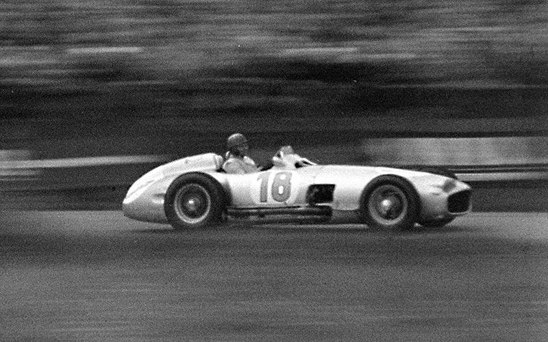 מרצדס בנץ  W196 בשווי 30 מיליון דולר. מכונית מרוץ אגדית זו שימשה את חואן מנואל פנג'יו ואת סטרלינג מוס במרוץ הפורמולה 1 ב-1950. המכונית זכתה ב-12 מרוצים וב-2013 נמכרה על-ידי בית המכירות בונהמס