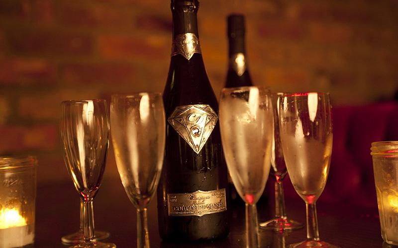 שמפניה של Goût de Diamants, בשווי 2 מיליון דולר. אמנם שמפניה בפני עצמה היא מוצר יוקרתי אולם חברת Goût de Diamants קבעה רף חדש בשמפניית יוקרה. בקבוק שמפניה זה מעוטר בתווית העשויה מזהב לבן עליו מוטבע סמל החברה עם יהלום מקובע במרכזו. השמפניה עצמה מיוצרת מתערובת של זנים ייחודיים ויוקרתיים