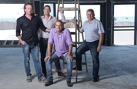 """חשין במרכז עם רונן סמוכה (מימין), ארל'ה כהן ודן רולס. """"ההשקעות יהיו כמו אג""""ח, ואחרי ההחזר כל הרווחים יועברו למטרות חברתיות"""""""