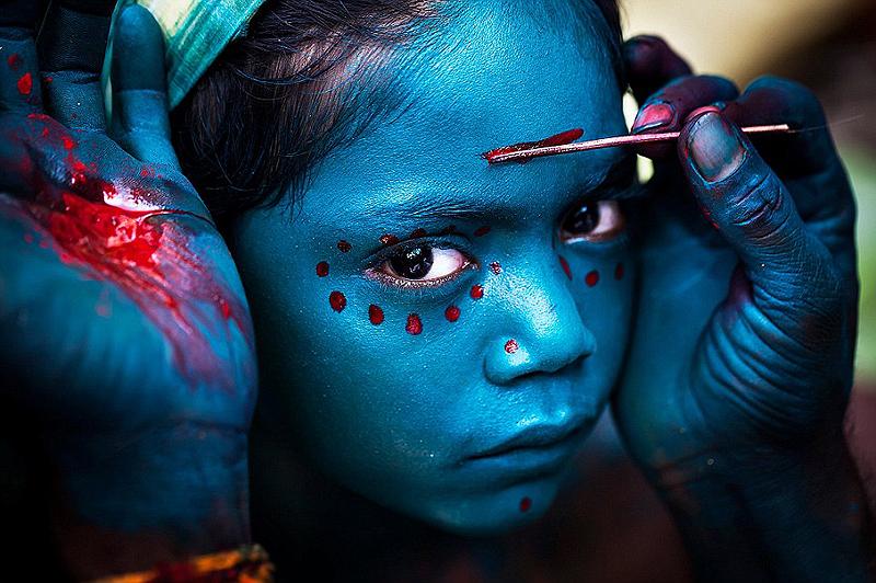 התצלום הזה צולם במהלך פסטיבל Mayana Soora Thiruvizha המתקיים בכל מרץ בעיירה הקטנה קבריפטינאם שבהודו. הפסטיבל מוקדש לאלה Angalamman, צילום: Mahesh Balasubramanian / National Geographic
