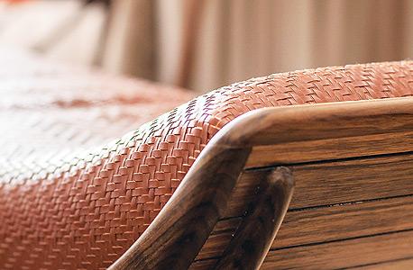 פריטי עיצוב בחדר. הרהיטים נוצרו במיוחד עבור המלון
