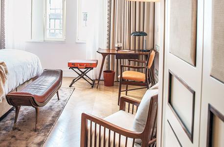 הצצה לאחד החדרים בעיצוב סטודיו סגראדה הבריטי. עיטורי נחושת על הפרקט ומאווררי תקרה שעשויים ממדחפים של מסוקים ישנים