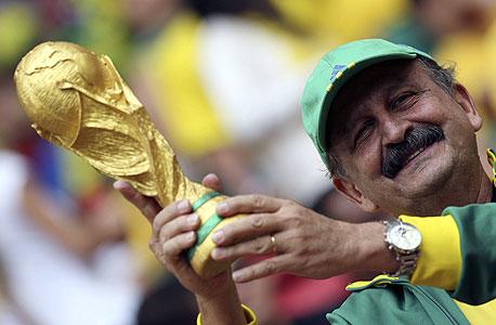 אוהד נבחרת ברזיל עם הגביע. זה מה שחשוב, צילום: אי פי איי