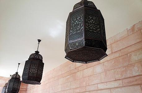 מנורות במלון