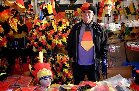 מרצ'נדייז באזור האוהדים בשדרות ה-17 ביוני. 2 מיליון חולצות של נבחרת גרמניה נמכרו לפני המונדיאל