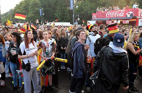 גרמנים צופים במונדיאל, ברלין. יש להם את הנבחרת הכי יעילה, צילום: אוריאל דסקל