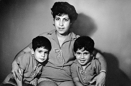 1962. דוד פתאל (בן 5, מימין) עם אחיו איציק (בן 4) ואמם קטי בביתם בחיפה