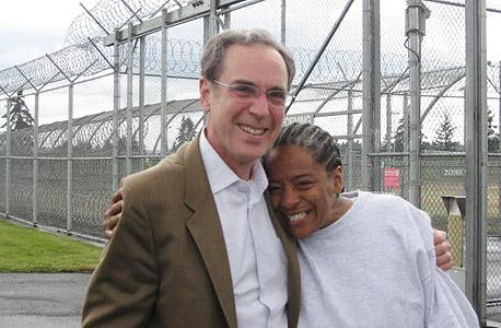הסנגור הראשי של אורגון סטיב וקס וליסה מארי רוברטס, עם שחרורה בתחילת החודש אחרי 12 שנות מאסר שווא על רצח חברתה לחיים