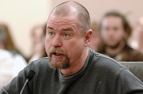 קרטיס מקרתי. הורשע ברצח בגיל 19, ישב בכלא 21 שנים, מתוכן 19 בתא הנידונים למוות, הורשע שוב, נידון למוות שלוש פעמים, עד שזוכה סופית ושוחרר ב־2007