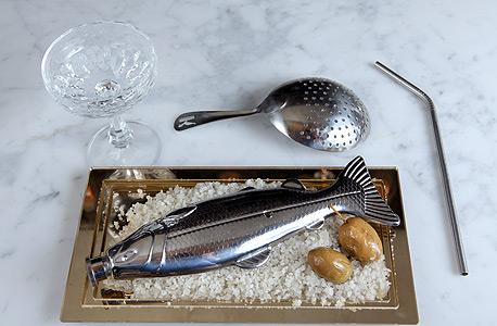 קוקטייל Not a Vasper. דג כסוף על מלח אטלנטי, צילום: עמית שעל
