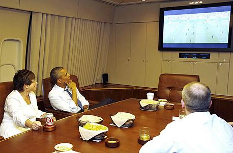 """ברק אובמה צופה במשחק כדורגל של נבחרת ארה""""ב מונדיאל 2014, צילום: רויטרס"""