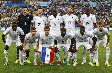 נבחרת צרפת. שחקן אחד מהגר, שחקן אחד נולד בים ו-14 שחקנים בנים, נכדים או נינים של מהגרים. 16 שחקנים באלג