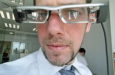 """עורך """"טכנולוגי"""" ולראשו משקפי אפסון, שגורמים לו להיראות קצת כמו אוטובוס"""