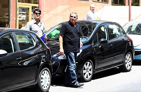 נוחי דנקנר יוצא ממשרדו בתל אביב, אוראל כהן