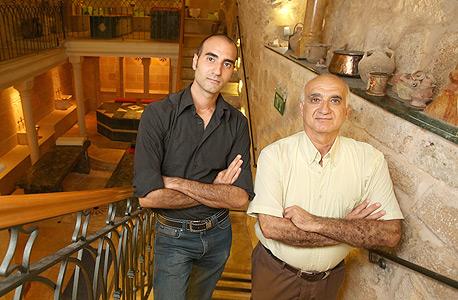 """אמיל (מימין) ויאנוס גטאס בחמאם. """"הטורקים היו מופתעים מעד כמה המקום נאמן לשיטה ולעיצוב של החמאם המסורתי"""""""
