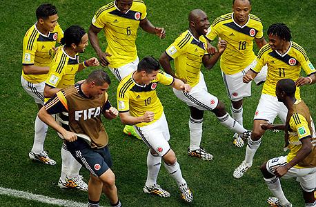 נבחרת קולומביה חוגגת. באופן יחסי קל יותר להבריק פעם אחת מאשר להישאר מתואם עם 6-7 שחקנים אחרים , צילום: איי פי
