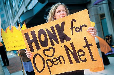 מפגינה בעד ניטרליות הרשת בוושינגטון, צילום: בלומברג