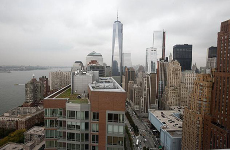 """הנוף לכיוון מרכז מנהטן. במרכז מגדל """"פרידום טאואר""""  במקום בו שכנו מגדלי התאומים"""