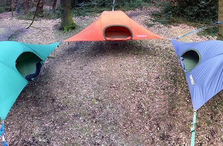 חלום ליל קיץ: צפו בבית על עץ שהוא שילוב מפנק של ערסל ואוהל