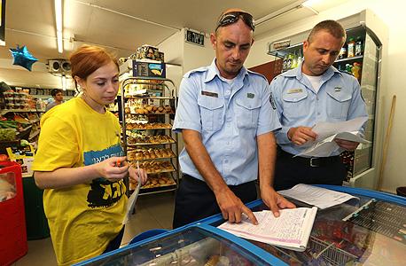 פקחים מטילים קנסות על מאכול שפתוח בשבת (ארכיון), צילום: צביקה טישלר