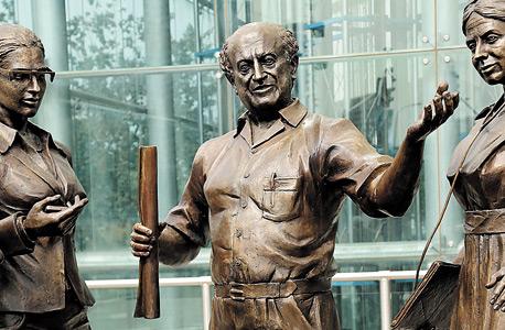 פסל של איש ה עסקים דוד עזריאלי ב כניסה ל מגדלי עזריאלי תל אביב, צילום: צביקה טישלר