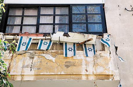 בניין מתפורר ברחוב גורדון בתל אביב. ההגבלה על בניית קומות נוספות מסכנת את האפשרות להתחדשות