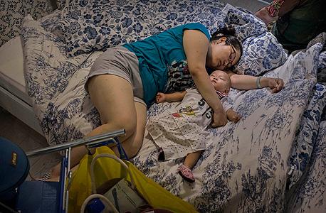 אשה בסין ישנה בחנות של איקאה