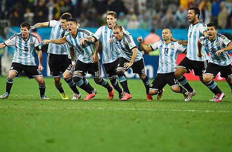 נבחרת ארגנטינה חוגגת. ליאו מסי, סרחיו אגוורו, אסקיאל גאראי, פרננדו גאגו ופאבלו סאבלטה — כולם בהרכב של נבחרת ארגנטינה — זכו באליפות העולם עד גיל 20 ב־2005, צילום: רויטרס
