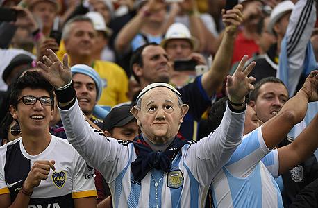 אוהד נבחרת ארגנטינה במסכת האפיפיור. וואלה, יש להם הרבה מזל , צילום: איי אף פי