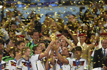 נבחרת גרמניה חוגגת זכייה באליפות העולם. גידול במספר הילדים שמשחקים את המשחק, צילום: איי אף פי