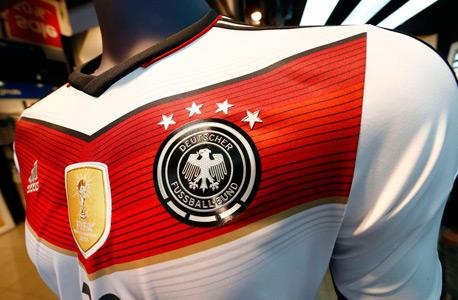 חולצת נבחרת גרמניה עם ארבעה כוכבים שמסמנים 4 אליפויות עולם. הביאו צעירים למונדיאל הזה כדי שיהיו מוכנים למונדיאל הבא