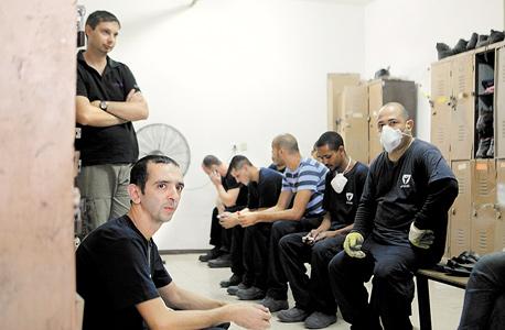 עובדים במפעל רב־בריח באשקלון במרחב מוגן במבצע צוק איתן