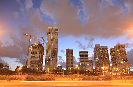 """פארק צמרת בתל אביב השבוע. יש משהו מוציא מן הדעת כשאתה עומד מול הדירה העצומה, 500 מ""""ר שטחה, בקומה ה־13. מישהו שילם הון תועפות כדי להחזיק חלל שיכול לאכלס שש משפחות, והוא אפילו לא חשב לגור בו"""