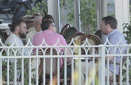 """ארי ליבסקר (מימין) ודוד זיסר (משמאל) בפגישה בבית הקפה. """"אל תריב איתי על בוטנים. אם צריך אני אשפץ"""""""