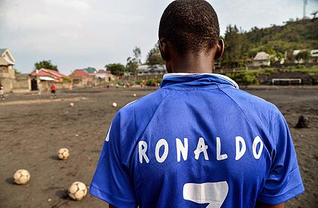 """ילד אפריקאי. אמרות כגון """"אתה עוד תשחק בחו""""ל"""" ו""""אתה תסדר לנו את החיים"""", הן אמרות שלצערי ספורטאים צעירים רבים נתקלים בהן דווקא מצד ההורים, צילום: איי אף פי"""