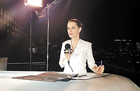 מגישת חדשות 10 תמר איש־שלום באולפן בכיכר רבין. ירידה של 90% במכירת זמן הפרסום במהלך המבצע