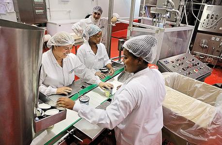 עובדות במפעל בן אנד ג'ריס בצהלך צוק איתן. באות לעבודה