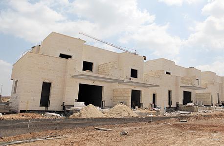 אתר בנייה נטוש בנתיבות. בתוך ארבע שנים התארכה בנייתם של מבנים גדולים בחצי שנה
