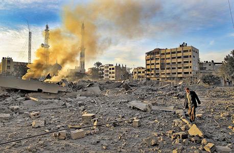 פלסטיני בין ההריסות בעזה אחרי תקיפה ישראלית
