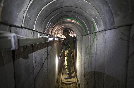 """חייל צה""""ל באחת מהמנהרות שנחשפו"""