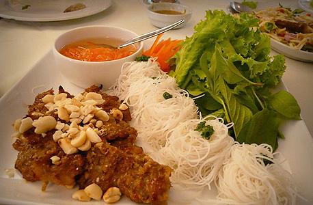 וייטנאם. אטריות אורז קרות עם טופו