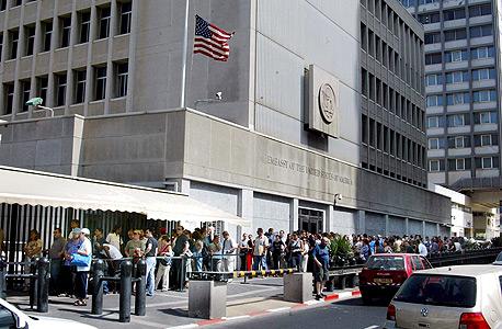 """תור לקבלת ויזה ואישורי כניסה בשגרירות ארה""""ב, צילום: מיכאל קרמר"""