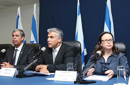 מסיבת עיתונאים מימין: יעל אנדורן, יאיר לפיד ומיקי לוי, צילום: עמית שעל