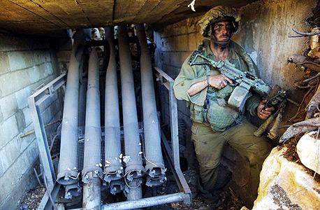 חייל גולני ליד בונקר של חיזבאללה בדרום לבנון (ארכיון)