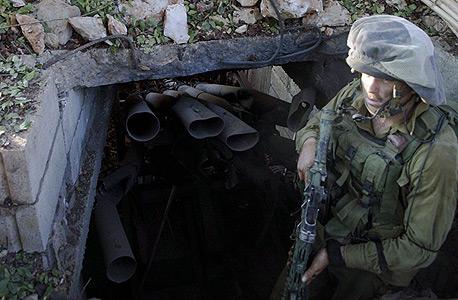 חייל גולני ליד פתח מנהרה בדרום לבנון (ארכיון)