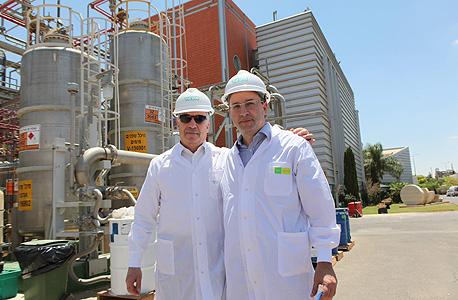 """יו""""ר ההסתדרות אבי ניסנקורן ומנכ""""ל טבע ארז ויגודמן מפעל טבע-טק נאות חובב, צילום: סיון פרג'"""