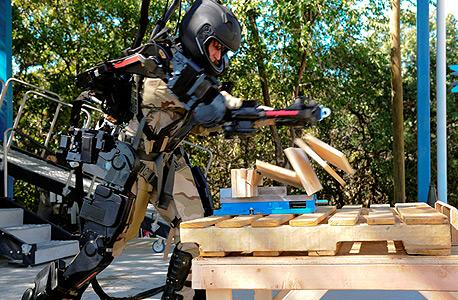 נסיין מדגים את החליפה הרובוטית של ריית'און - ושובר מספר לוחות עץ במכה אחת